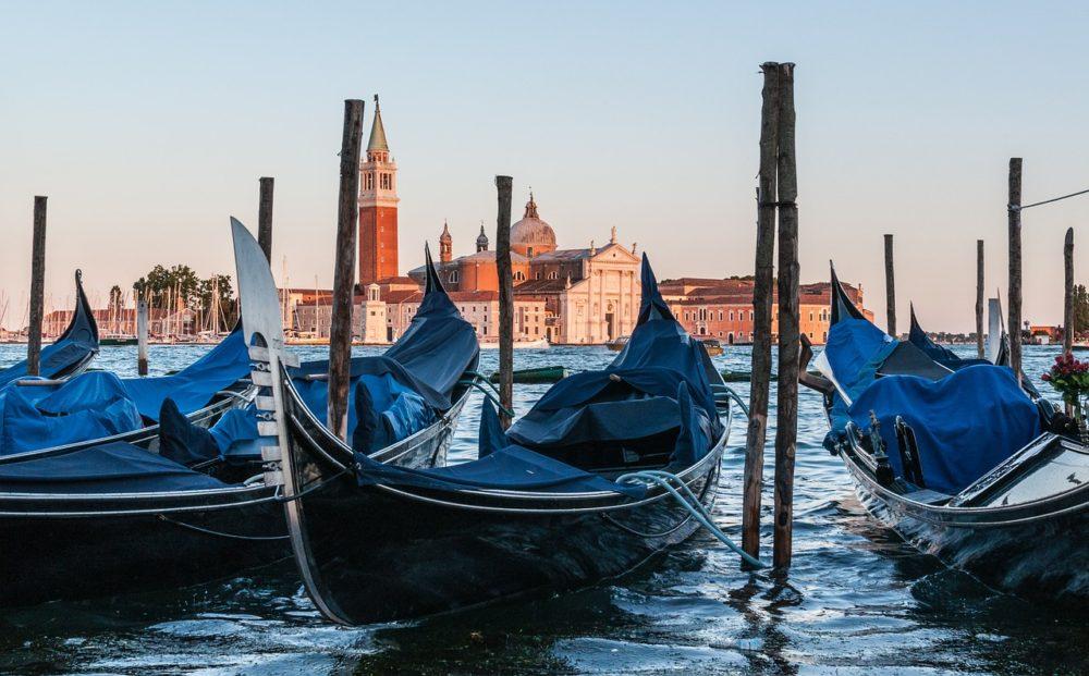 Curiosity about the Gondola's Bow - Travel Venice